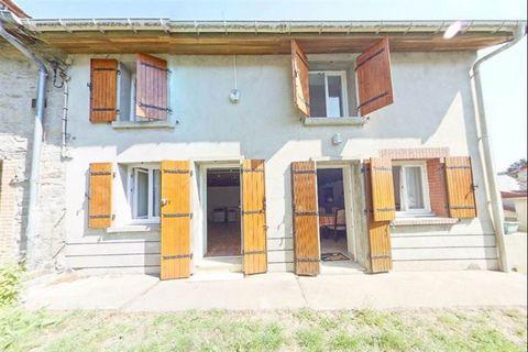 Petite maison de village rénovée avec goût, lui donnant beaucoup de charme, vous pourrez vous reposer dans deux grandes chambres à l'étage. La dépendance et la grange pourraient être aménagées selon votre projet. Il ne vous restera plus qu'à réaliser...