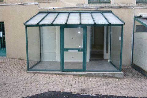 Issoire centre proche sous-préfecture, Local commercial composé de deux bureaux, une véranda, et d'une pièce d'eau avec wc, Chauffage électrique, Ideal pour profession libérale ou commerciale