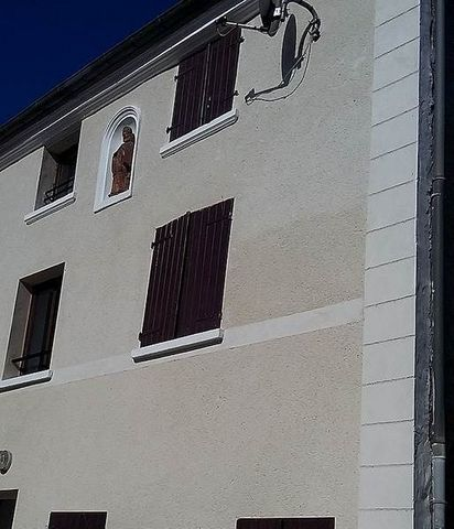 A 5 minutes de la Ferté sous Jouarre, VILLAGE REUIL EN BRIE - 2 pièces dans petit immeuble comprenant entrée sur séjour, coin cuisine, 1 chambre, salle d'eau avec wc. Garage. PETIT BUDGET.